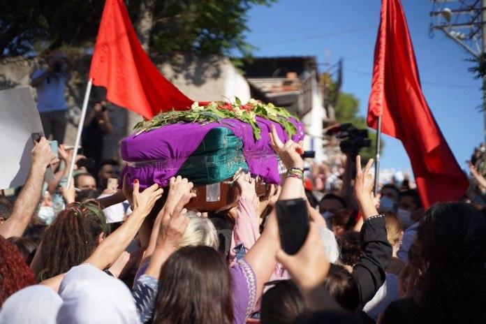 Deniz Poyraz, jeune militante du HDP tuée jeudi, dans une attaque armée contre le siège régional du parti à d'Izmir, a été enterrée hier soir. Des milliers de personnes ont accompagné son cercueil porté par des femmes.