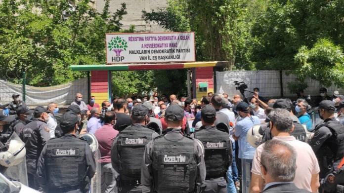 À Van, une marche organisée par le HDP pour la reconnaissance du kurde comme langue officielle a été interdite par le préfet de la région.