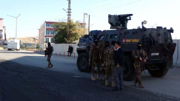 La police turque a arrêté vendredi 4 dirigeantes du HDP dans la province de Hakkari, au Nord-Kurdistan (Turquie).