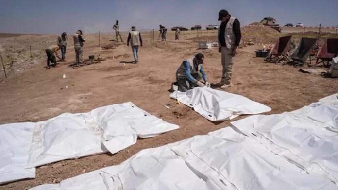 Dans la région de Mossoul, en Irak, les corps de 123 victimes de l'EI ont été exhumés d'une fosse commune.