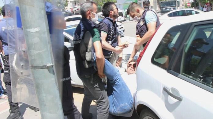 À Batman, un rassemblement pour dénoncer l'assassinat de Deniz Poyraz a été dispersé violemment par la police turque.