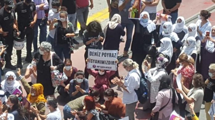 La police turque a attaqué un rassemblement organisé par le HDP à Izmir, en hommage à Deniz Poyraz, jeune militante assassinée.