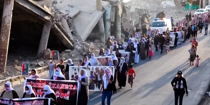 À l'approche de l'anniversaire du génocide de Shengal (Sinjar), les femmes yézidies ont marché dans les rues de la ville où elles avaient été enchaînées par l'organisation État islamique il y a presque 7 ans.