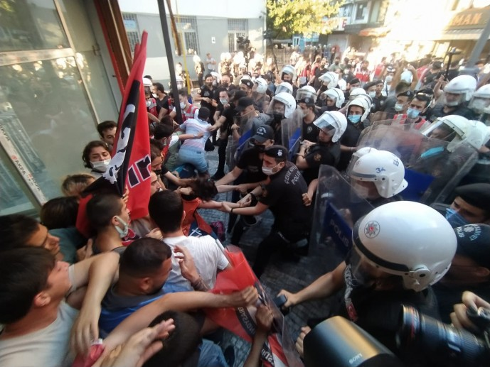 Le tribunal d'instance pénal d'Istanbul a libéré jeudi 12 manifestants arrêtés lors d'un rassemblement de commémoration pour les victimes du massacre de Suruç à Istanbul.