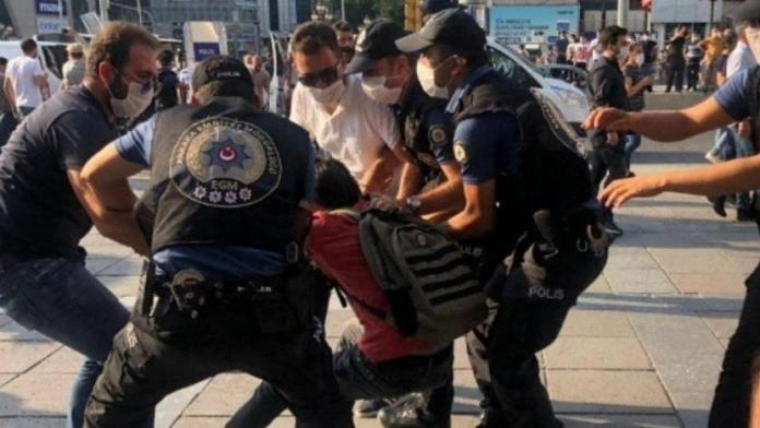 La police turque a violemment réprimé les manifestations organisées mardi à Ankara, Izmir et Istanbul, en hommage aux victimes d'un attentat perpétré en 2015 à Suruç. De nombreux manifestants ont été arrêtés.