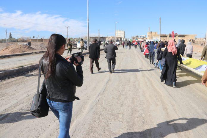 Chloé Troadec est une volontaire internationale au Rojava Information Center, un centre d'information situé dans la région autonome dite du Rojava, au Nord-Est de la Syrie (*). Ce centre s'emploie à produire une information de terrain, des communiqués de presse ainsi que des dossiers constamment mis à jour. Plusieurs des journalistes locaux ont payé de leur vie leur engagement. Elle témoigne du devoir d'informer dans cette zone partiellement occupée.  ROjinfo