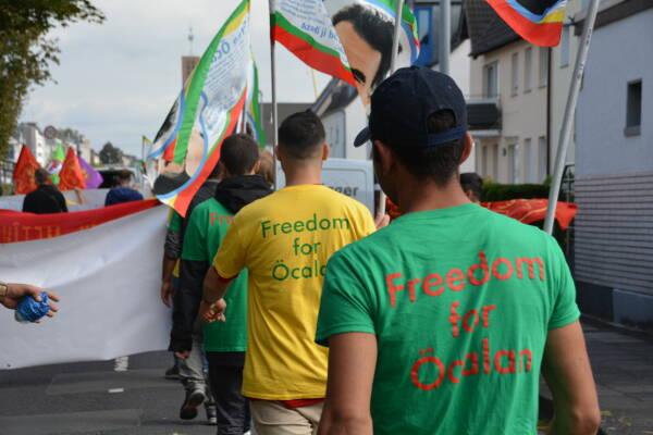 La police allemande est intervenue brutalement au deuxième jour de la longue marche annuelle pour la libération d'Abdullah Öcalan.
