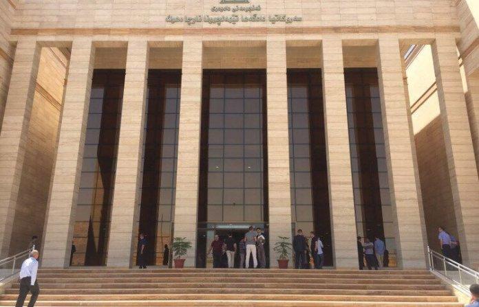 Un tribunal de Duhok a condamné un jeune homme nommé Xelat Sindi à 6 mois de prison pour ses publications sur les réseaux sociaux.