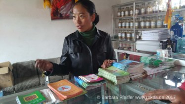 Chunga Lhamo mit Präventionsbroschüren