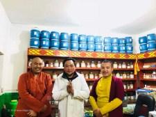 Yeshi mit zwei Lamas die zur Einsegnung der Praxis kamen.