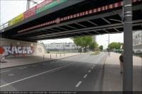 Hinter der Eisenbahnbrücke bog die Linie 6 in die Koblenzer Straße ein. Heute alles kaum wiederzuerkennen.
