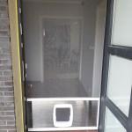 moskitiera drzwiowa z drzwiczkami dla psa biała