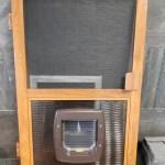 moskitiera drzwiowa z drzwiczkami dla psa brązowa