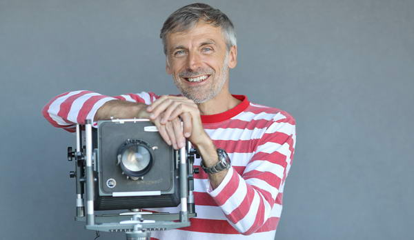 Fotograf Rolf Brenner aus Kempten im Allgäu mit seiner geliebten Plaubel Fachkamera
