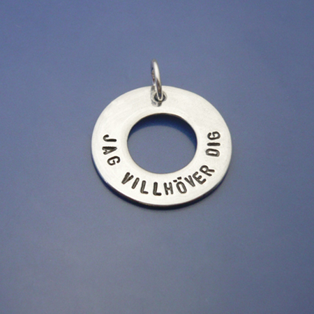 Roliga smycken. Amulett i 925 Sterling silver, 19mm. Handstansad text, Jag villhöver dig