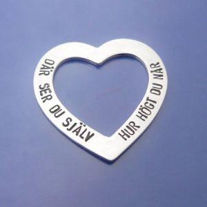 Roliga smycken, Stort silverhjärta med handstansad text.