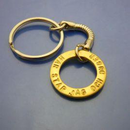 Nyckelring med Mässingamulett