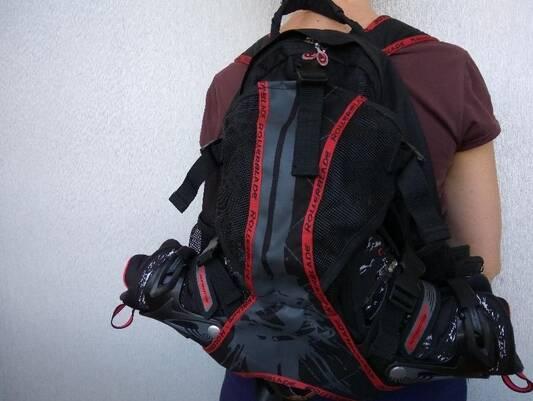девочка с рюкзаком для роликов 2