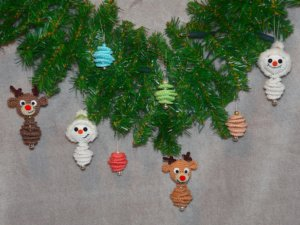 Häkelanleitung für süße Weihnachtsanhänger. Perfekt für den Weihnachtsbaum oder den Türkranz.