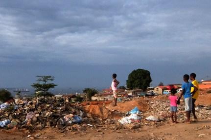 Sambizanga, ao fundo o Porto de Luanda
