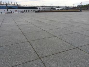 Bodenplatten Rheinufer