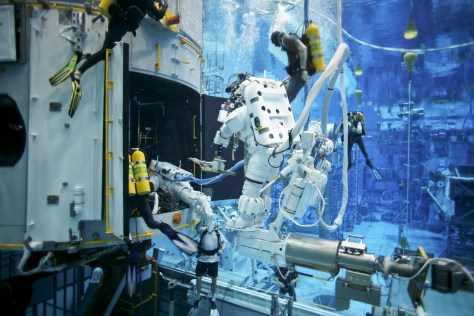 Nasa_astronaut_training_at_NBL