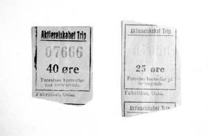 """En rolvsøyfamilie har tatt vare på to billetter fra """"Trippen"""". Trippebåtene trafikkerte Glomma i rundt 80 år, fra 1859 til 1940."""