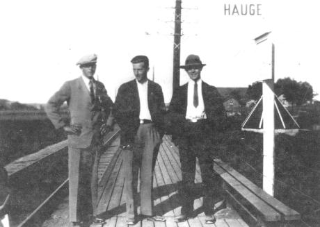 """Stoppestedene lå så tett at man kunne se fra det ene til det andre. Hauge ble etter hvert det viktigste stoppestedet i bygda. På Hauge var befolkningstettheten størst. Her lå skolen og pleiehjemmet. Fra jernbanelinjen var det kort vei ned til sagbruket og til Hauge fergested. Ungdommen fra Torp tok fergen og reiste videre med Padda til byen. Lenge etter at lokaltogsruten var nedlagt stoppet """"Oslotogene"""" på Hauge etter anmodning fra reisende. Så sent som i 1977 benyttet jeg meg av tilbudet. Foto: Rolvsøy bygdebok"""