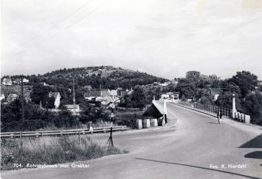 Den første Rolvsøysund broa fra 1869 var beregnet for gående og hestekjøretøyer. Fra 1916 fikk motoriserte kjøretøyer passere, men da busstrafikken startet rundt 1920, fikk bussene bare kjøre frem til broa. Påkjenningene for brokonstruksjonen ble etter hvert merkbare, og planlegging av ny bro ble iverksatt. I 1926 sto Rolvsøysund bro nr. 2 klar for å åpne for alminnelig ferdsel av alle typer kjøretøy.