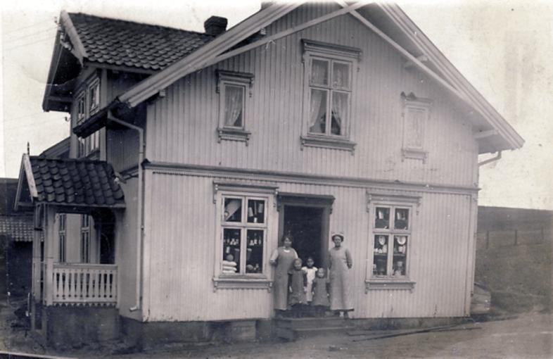 Maren Bjørnstad (Arvidsson) drev landhandel i broren Syver Bjørnstad bolig som lå mellom jernbanebroa og den første Rolvsøysund bro.