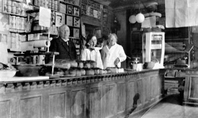 Butikkinteriør på 1930-tallet fra venstre Ole Brunsby, Lagertha Hassing og fru Marie Brunsby