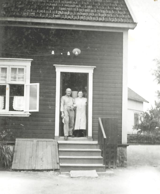 Karl Oskar og Pauline Bakker drev Rolvsøy Handelsforretning i Kirkeveien.