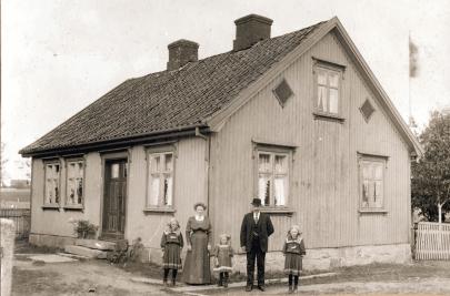 Anna og ektemannen Adolf Ramberg, med sine tre døtre