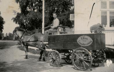 Hest og vogn var varetransporten til Aimar Olsens Colonialforretning