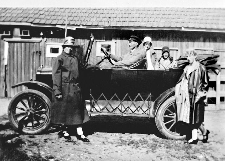 Marius Martinsens vare- og privatbil. Thora, Marius, Ragnhild, Solveig og Marie.