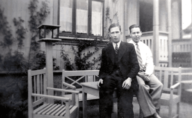 Karl Johnsen (til venstre) og Leif Olsen var svogere. Olsen var kjøpmann på Hauge. Der overtok han farens butikk, Aimar Olsen kolonial.