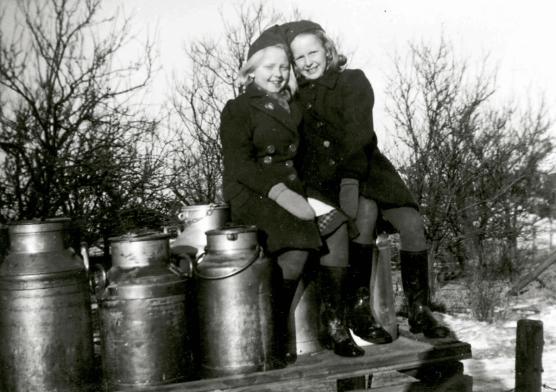Hyggelig kusinetreff! Solbjørg Andresen og Marit Kristin Johansen på melkerampen i Evjestien