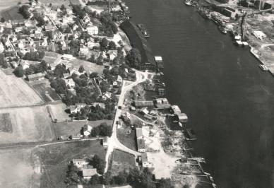 Her ser vi Hauge bruk øverst og Evje nederst i bildet. Midt i bildet ligger Hauge prambyggeri. Dette bildet er tatt før tankanlegget ble etablert.