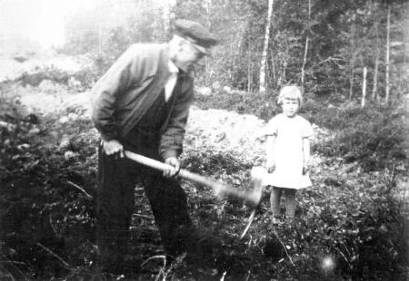 Ole Hissingby var driftig og brøt opp ny jord. Datterdatter Edith Noreng fikk være med.