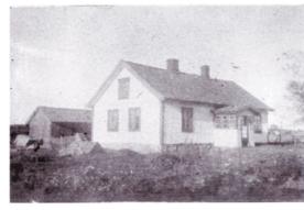"""""""Ole i Tøyet""""- huset. Ole Olsen (1841-1942) bygde huset i Orreveien 4 da han begynte på Evje teglverk. I uthuset hadde han snekkerbod. Huset brant ned i 1963 og ble gjenoppbygd av daværende eier. Fotograf ukjent/ØFB"""