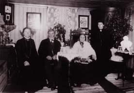 """Ole """"i Tøiet"""" Olsen med hustruen Mathea og døtrene Emma Martinsen og Mathilde Gundersen Isnes. Fotograf ukjent/ØFB."""