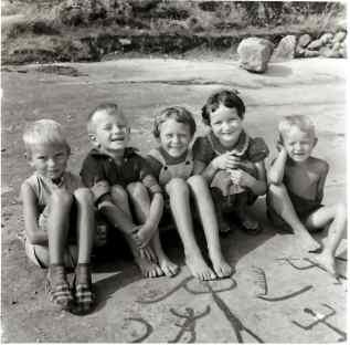 Bilde 11: Nyoppdagede ristninger på Evje i 1958. På boldet ser Roar, Raymond, Bente, Aud og Inge. Foto: Birgit Holmen..