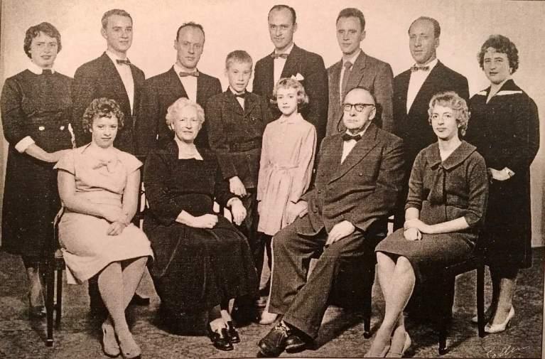 Familien Grøtvedt: Første rekke fra venstre: Solfrid. mor Olga, Bjørg, far Per og Turid. Bak: Ingrid, Paul, Per Olav, Sveinung, Truls, Bjørn, Magne og Borghild.