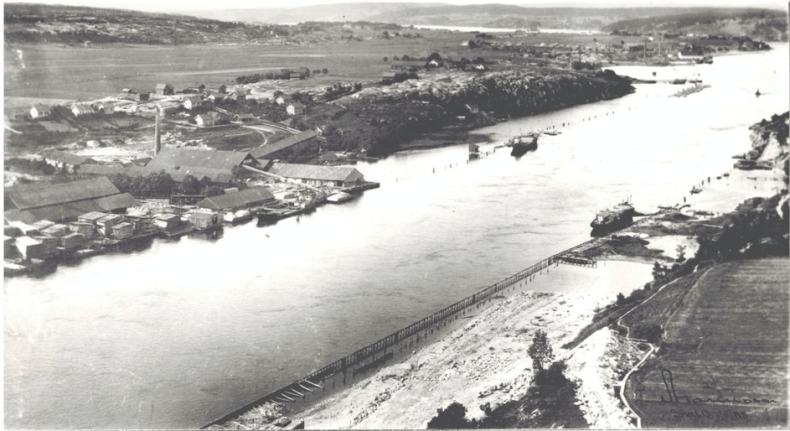 Hauge Bruk og Søndre Omberg teglverk 1910. Her ligger sagbruket kloss inn til teglverket. Avstanden var derfor kort når avfall fra sagbruket skulle fraktes til brennovnen på verket