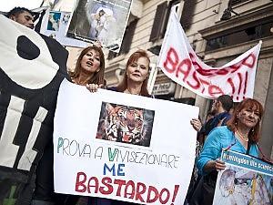 """""""Contro la vivisezione targata Ue"""" Migliaia in piazza: è il popolo web"""