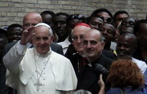"""Roma, papa Francesco dagli immigrati  """"Ai rifugiati i conventi chiusi"""""""