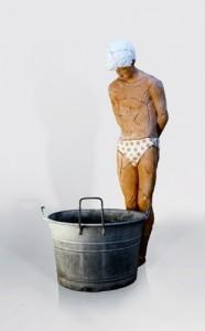 Luca Freschi, Narciso, terracotta-policroma-lamiera-tinozza-impianto-idraulico-lacrimale-acqua-specchio