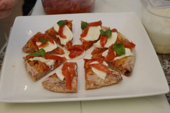 La pizza viene servita tagliata a spicchi, foto Fabio Blaco