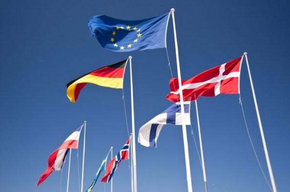 Impegna circa il 40% del bilancio dell'Unione Europea ed è in vigore sin dal Trattato di Roma che istituì il mercato comunitario nel 1957: la Politica Agricola Comune (PAC) è uno dei cardini su cui è costruito il progetto di integrazione continentale e ancora oggi l'agricoltura è l'unico settore produttivo sostenuto praticamente solo a livello europeo, contrariamente alla maggior parte degli altri comparti che accedono anche a risorse nazionali.  Nata con l'obiettivo dichiarato di stimolare la produzione di derrate alimentari e assicurare il cibo a tutti gli europei, garantendo allo stesso tempo un tenore di vita dignitoso agli agricoltori, la PAC ha progressivamente assunto nuove finalità, come la sicurezza del consumatore, la tutela dell'ambiente e dell'assetto idrogeologico, la stabilizzazione dei mercati e lo sviluppo rurale. Oggi la politica agricola comune si rivolge a 12 milioni di agricoltori europei a tempo pieno: essa interessa il 77% del territorio dell'UE, 15 milioni di imprese agricole ed agroalimentari e 46 milioni di posti di lavoro, ma anche 500 milioni di cittadini-consumatori.