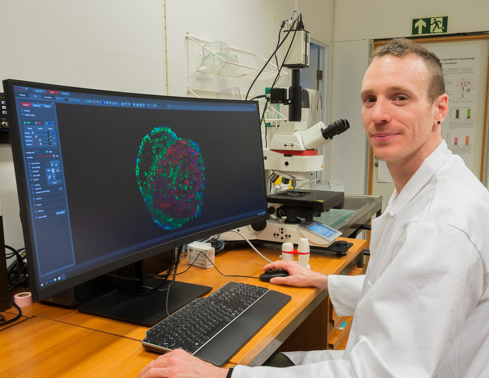 Romain Fontaine at NMBU with the Thunder microscope from Leica